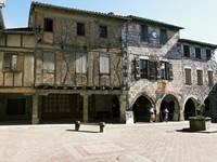 La place aux arcades, au coeur du village