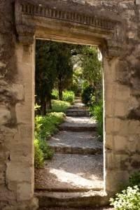 Sentier botanique méditerranéen dans le jardin remarquable de l'abbaye Saint-André face à Avignon
