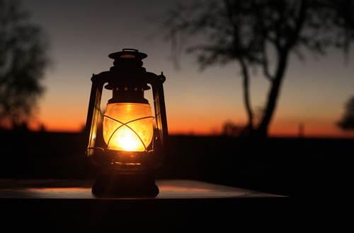 asinerie-badjane-lanterne-sur-la-terrasse-coucher-de-soleil ©
