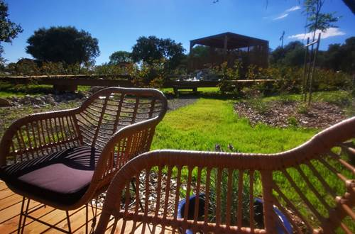 terrasse avec mobilier pour un verre au soleil ©