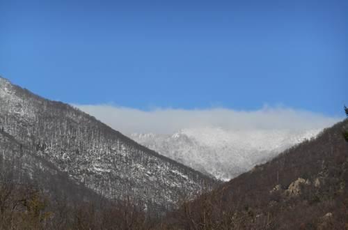 Montagnes environnantes enneigées ©